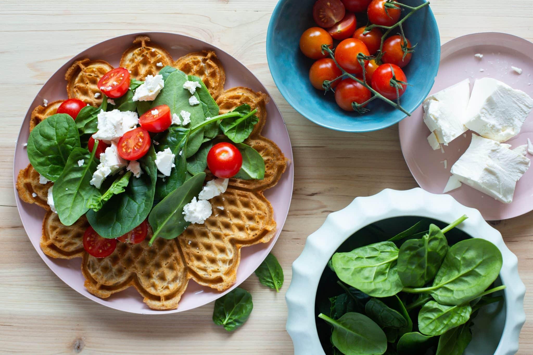 Grove vafler med spinat, feta og tomat