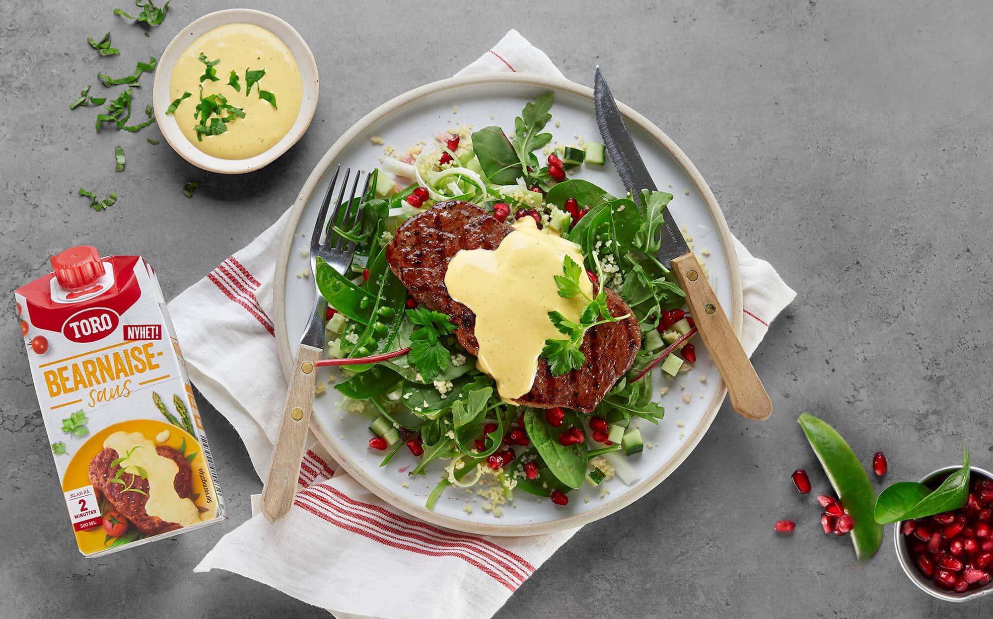 bilde av biff med salat og bearnaisesaus