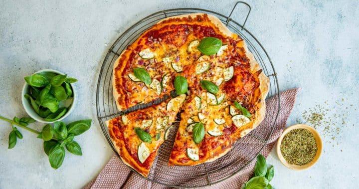 Italiensk vegetarpizza på grillen