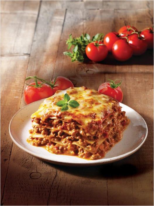 Lasagne med tallerken med grønnsaker