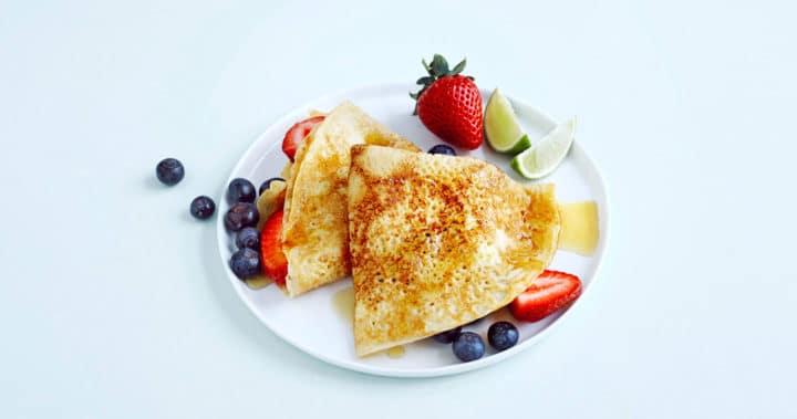 Pannekaker med sirup, bær og lime