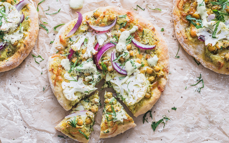 Søtpotetpizza med pesto og kikerter