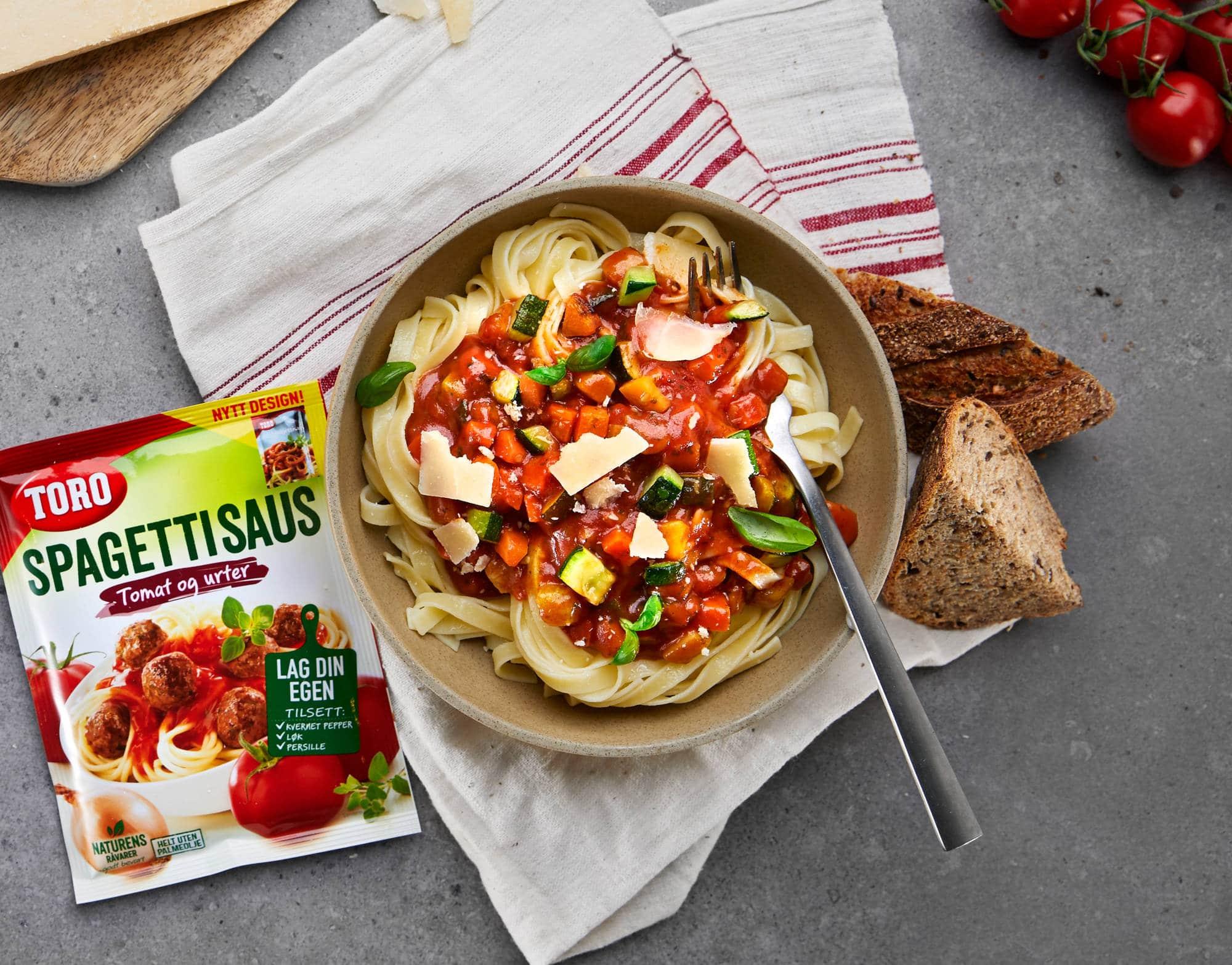 Bilde av spaghetti med tomatsaus, squash og gulrot