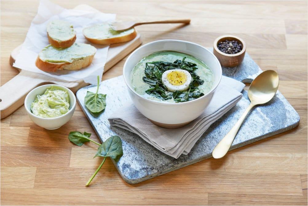 Spinatsuppe med stekt spinat og kokt egg