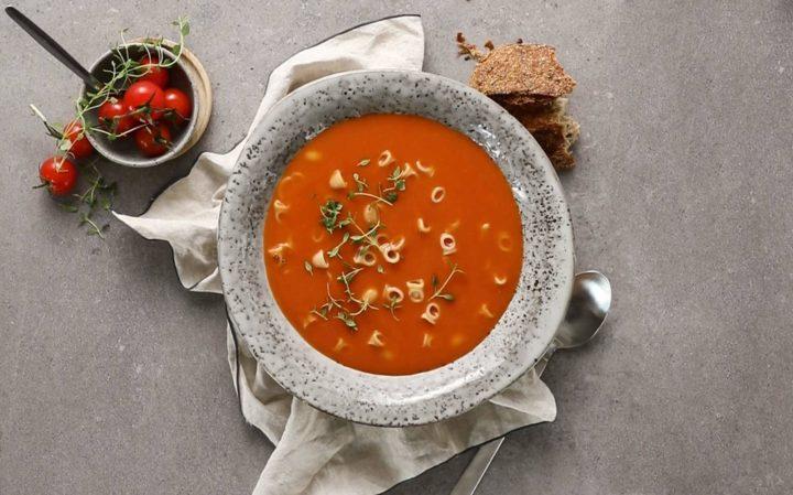 Tomatsuppe med fullkornsmakaroni