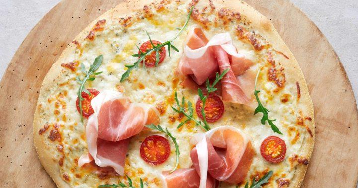 Hvit pizza med spekeskinke og ruccola