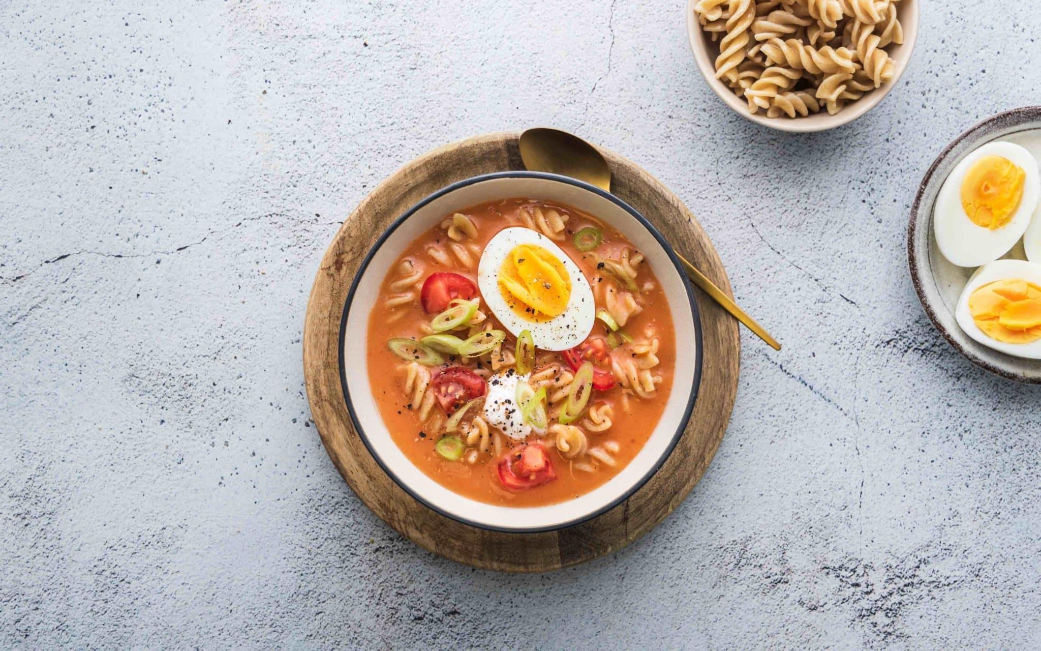 Klimasmart tomatsuppe med egg, pasta og tomat